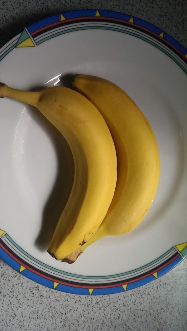 zwei frische Bananen