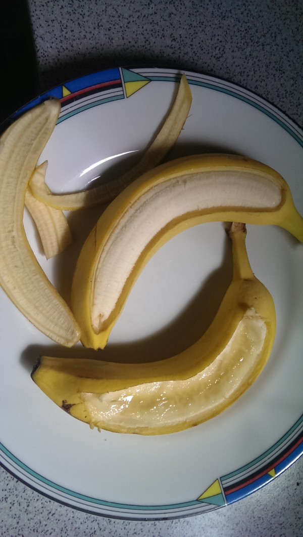 Stück aus der Banane schneiden